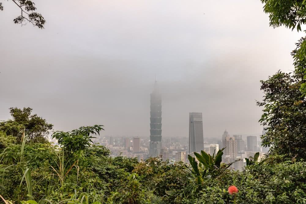 Viele grüne Berge umgeben die Stadt Taipei.