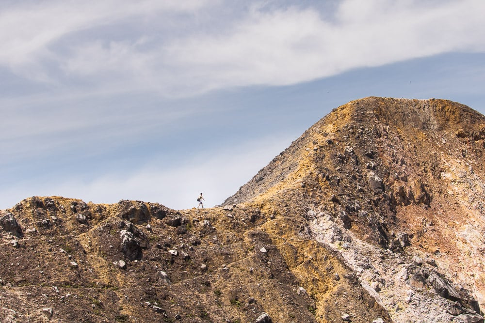 Einsamer Wanderer am Sibayak Vulkan bei Berastagi