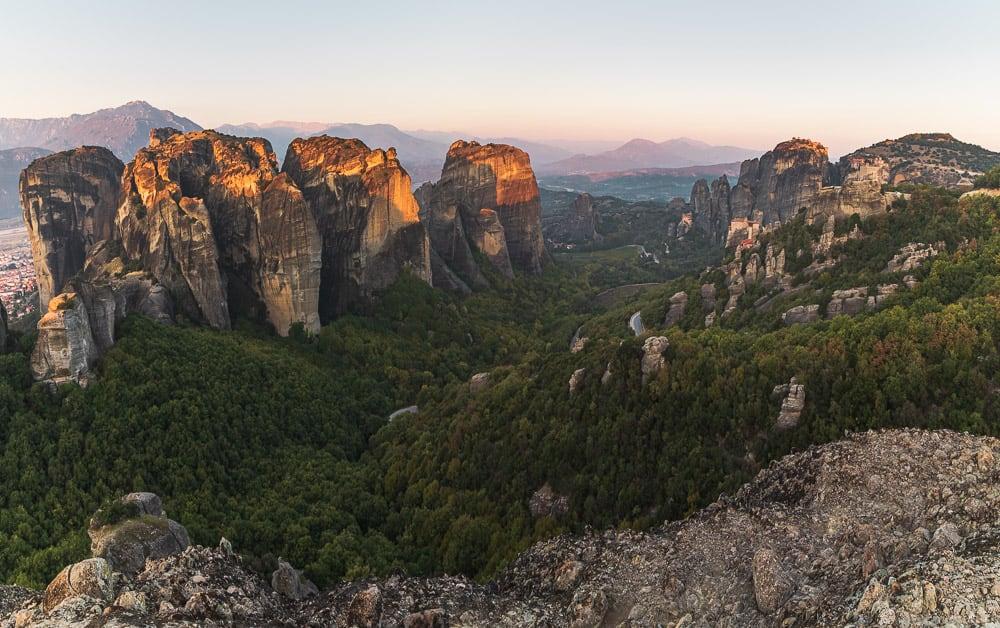 Sonnenaufgang über den Meteora Klöstern in Griechenland