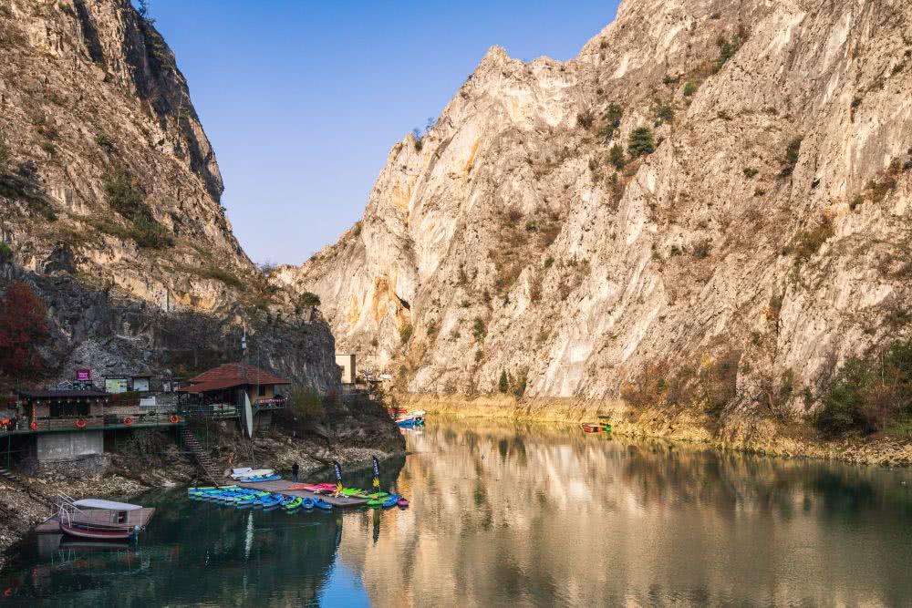 Am Matka-Canyon kann man wandern, Bootfahren oder Kayak ausleihen