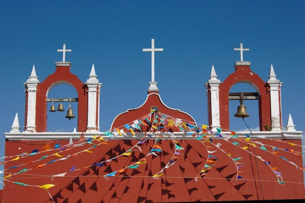 Auch so hat Celestún was was zu bieten: zum Beispiel die wunderbar bunte Kirche.