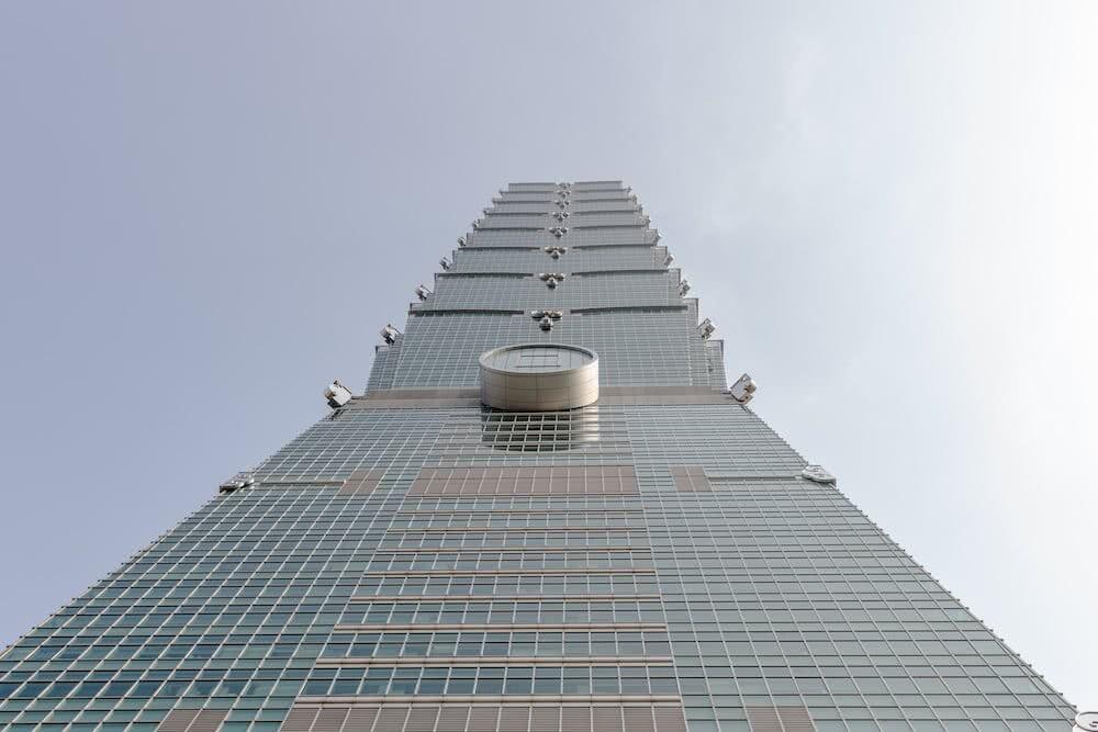 Direkt unter dem Taipei 101 merkt man erst, wie groß der Turm wirklich ist.