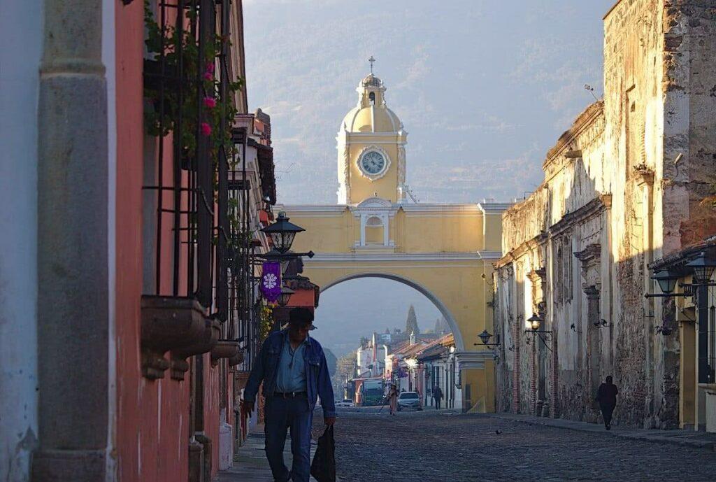 Morgens sind noch kaum Menschen am Arco de Santa Catalina.