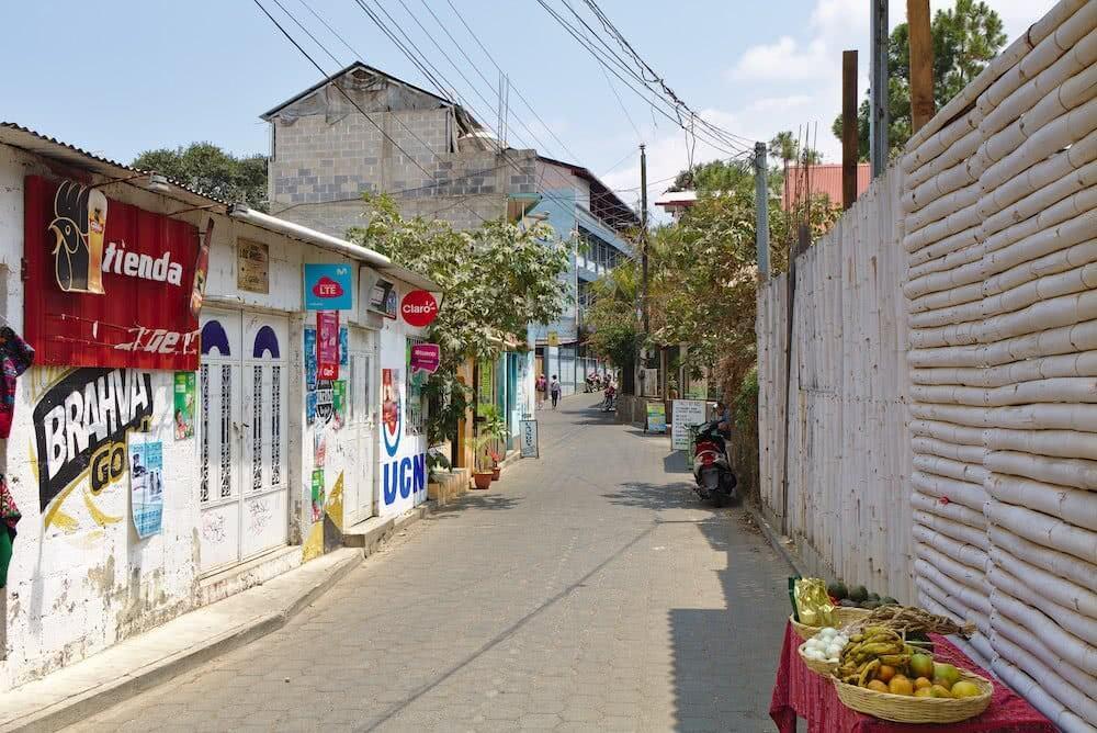Viele Resturants, Bars und kleine Läden gibt es in den Gassen von San Pedro La Laguna.