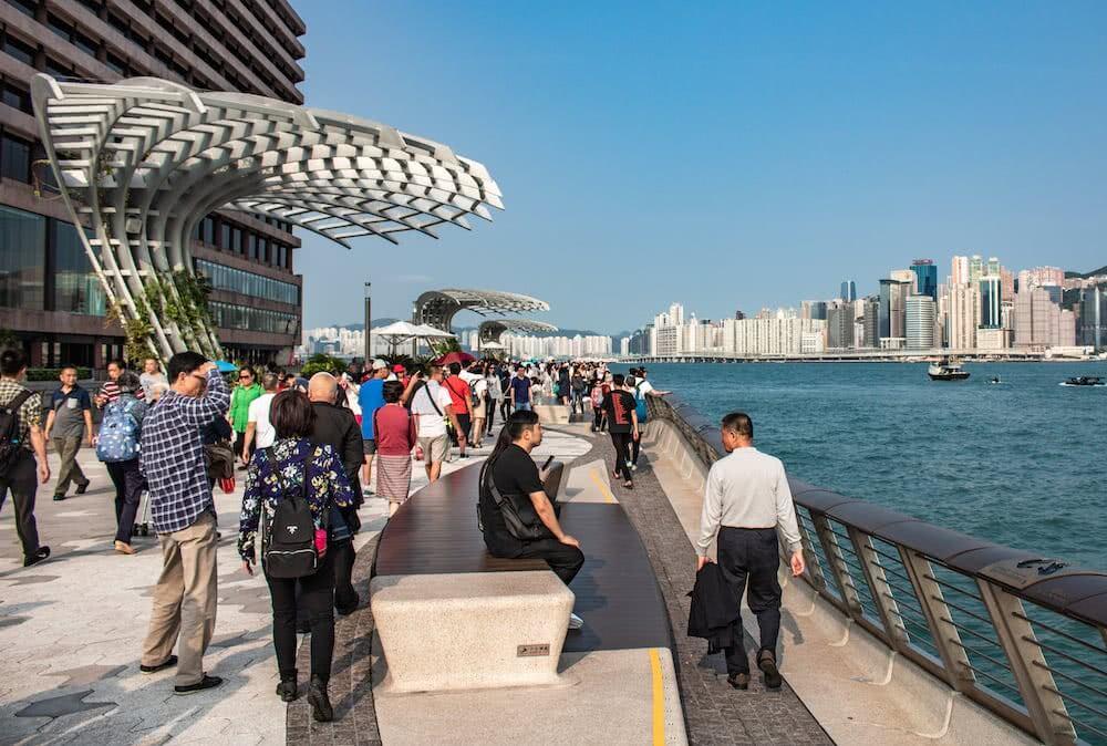 Viele Leute tummelten sich an der Hafenpromenade