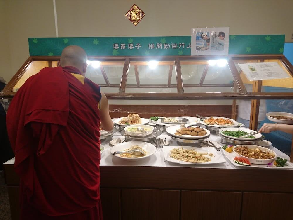 """Sogar buddhistische Mönche genossen das vegetarische Essen im """"Chang Chun Teng"""" Restaurant"""
