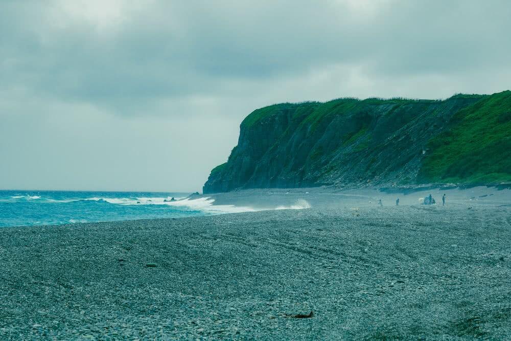 Die raue See peitschte gegen den Strand.