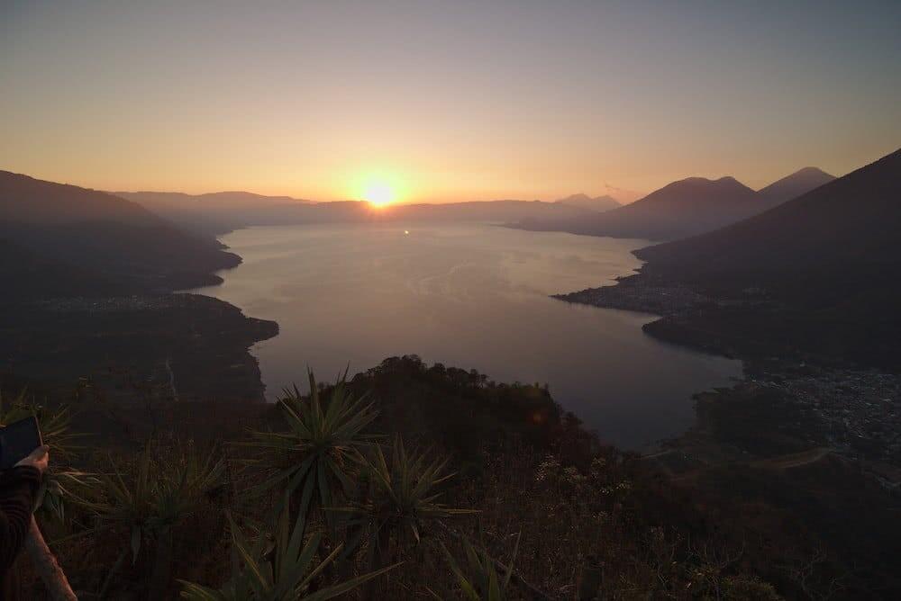 Um Kurz nach 6 Uhr ging die Sonnne langsam über dem Atitlán See auf.