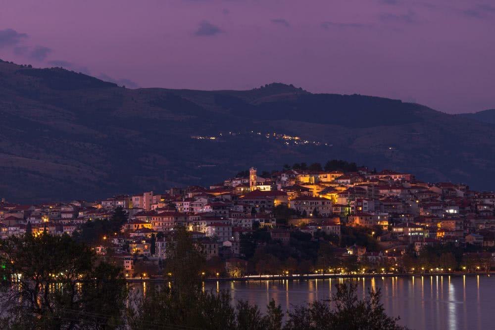 Kastoria gibt ein schönes Panoramabild am Abend