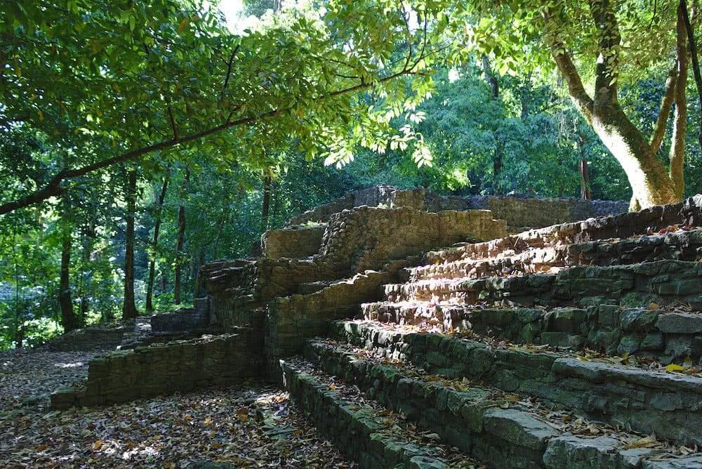 Tief im Wald finden sich Überreste der Maya-Siedlung.
