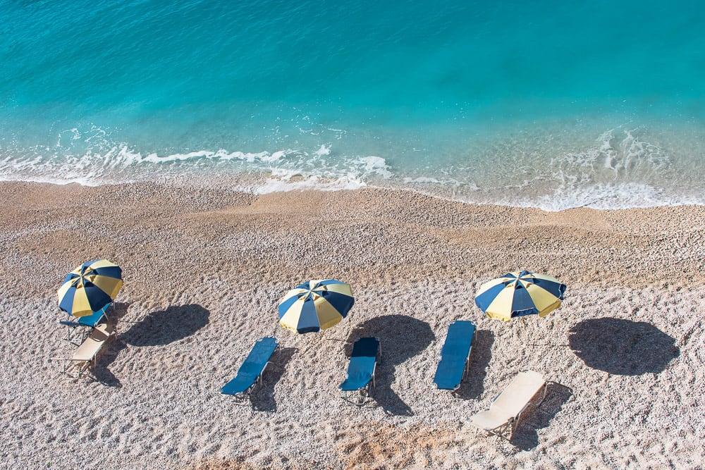 Verlassene Liegen am Strand von Lefkada