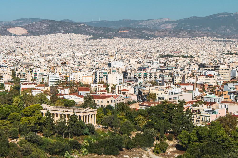 Die Stadt Athen besteht aus einer weißen Dächerlandschaft