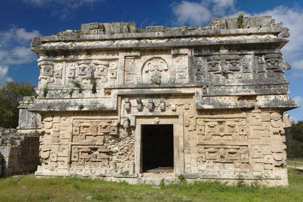 Schön verzierte Häuser befinden sich auch auf dem Areal von Chichén Itzá.