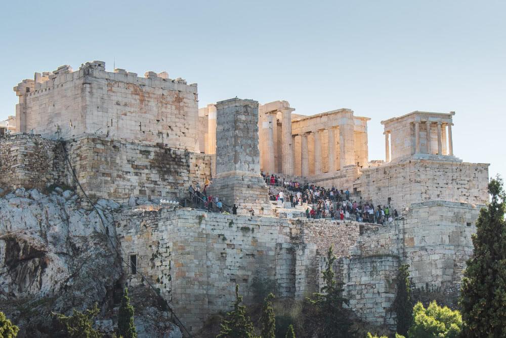 Zu viele Touristen laufen unter der Woche im November auf der Akropolis herum