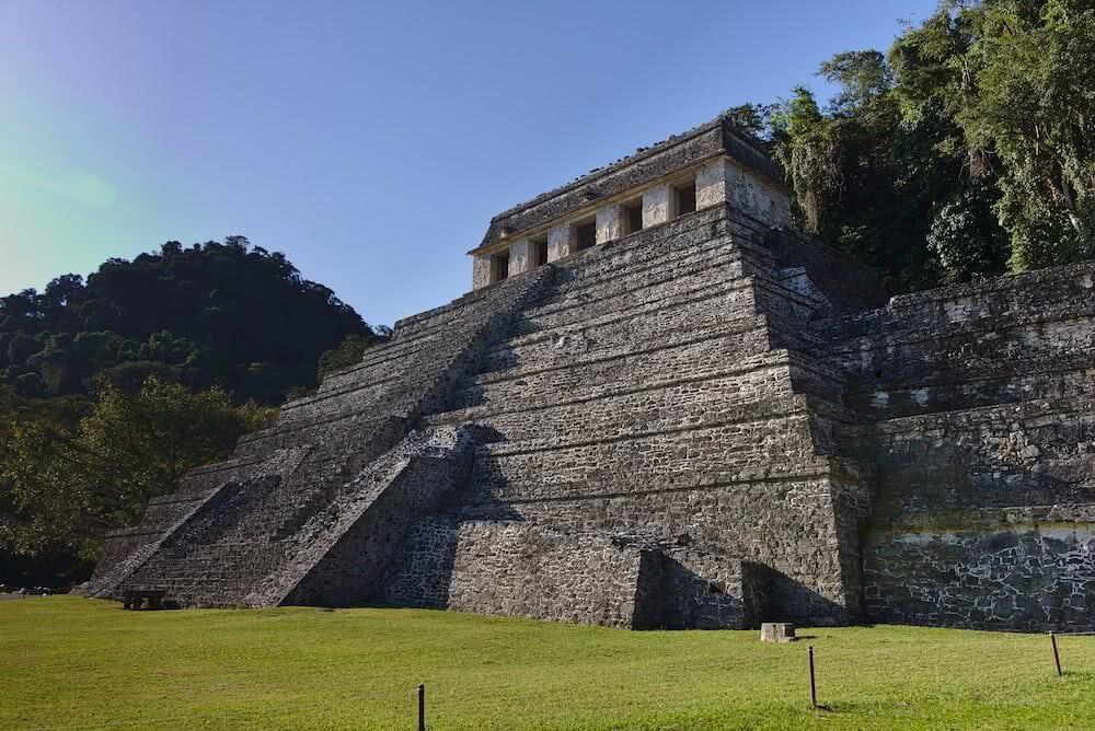 Beeindruckend stehen die Maya-Ruinen mitten im Dschungel. Viele können auch betreten werden.