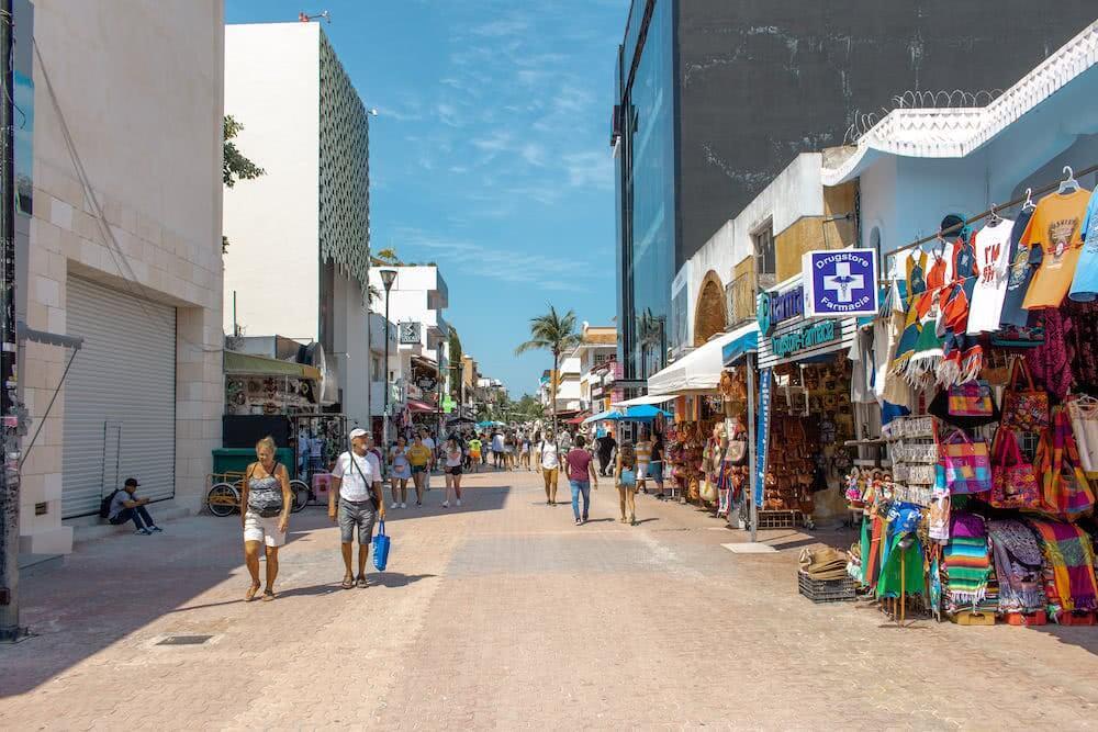 Viele amerikanische Touristen findet man an der großen Fußgängerzone nah zum Strand.