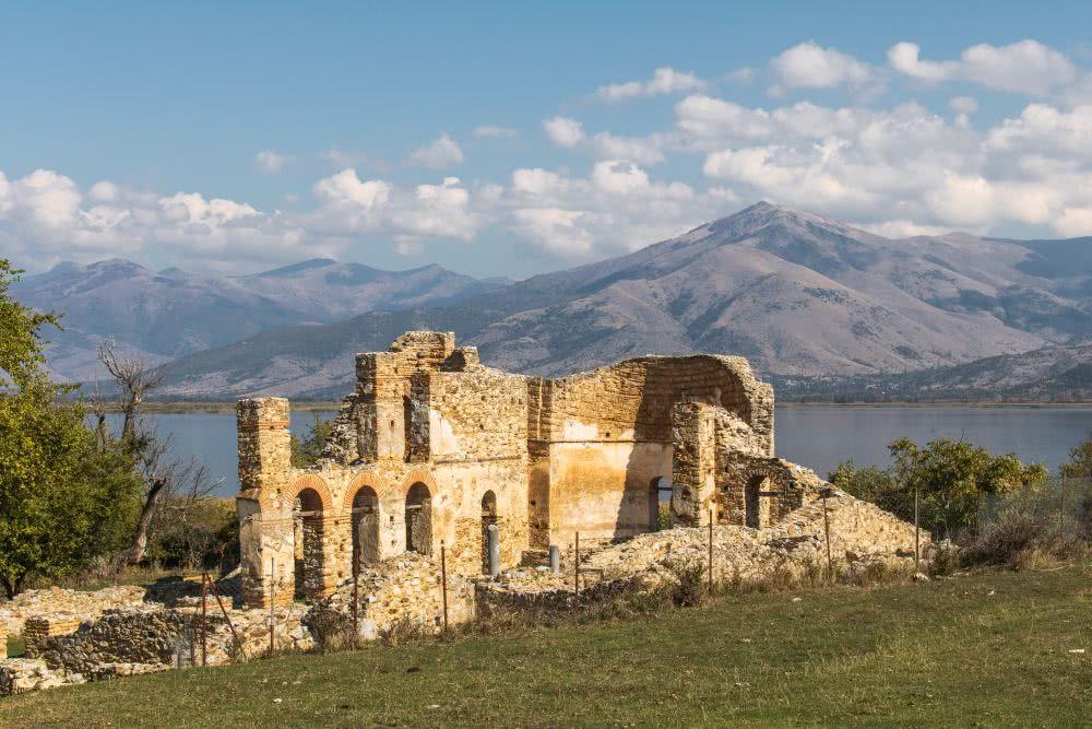 Ruinen der Kirche (Saint Achillios Basilica) am fotogenen Prespasee
