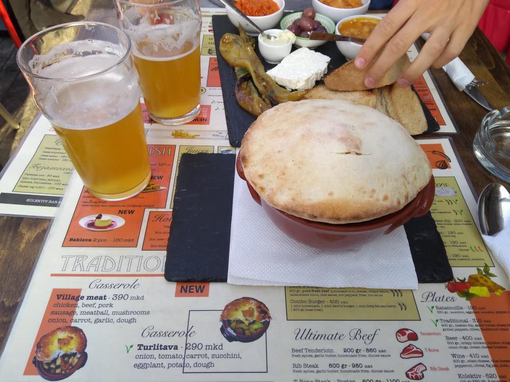 Skopje Restaurant Empfehlung Bier und Turlitava (geschmortes Gemüse) mit Bot im Craft Brewery Temov  Kolektiv