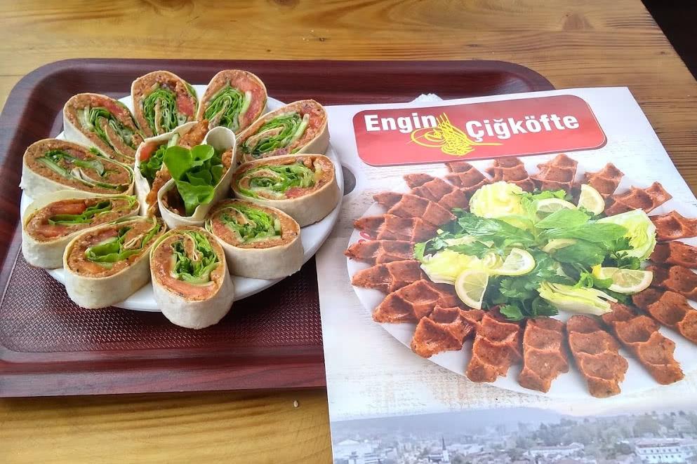 Cigköfte (Bulgur mit Tomate und pikanter Soße) im Restaurant Engin Cigköfte
