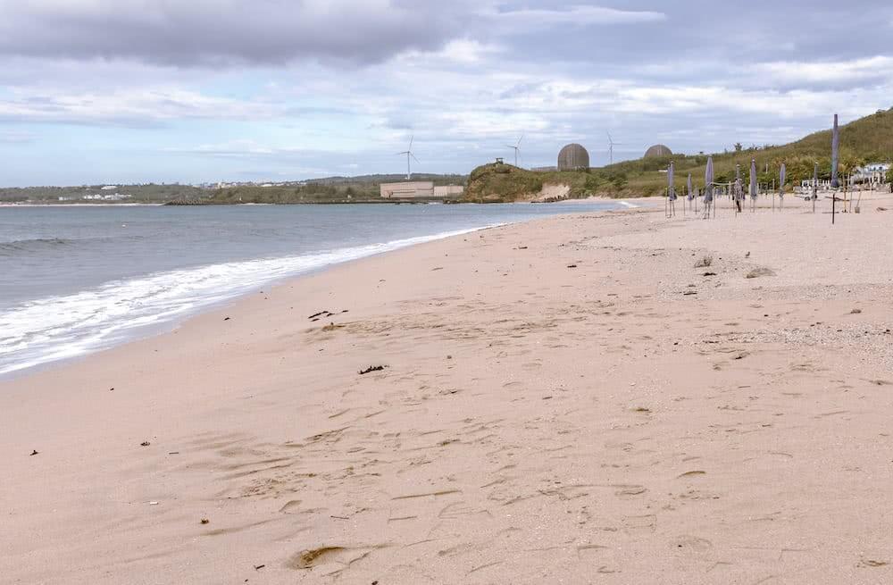 Der Blick auf das Kernkraftwerk vom Strand war für uns gewöhnungsbedürftig.