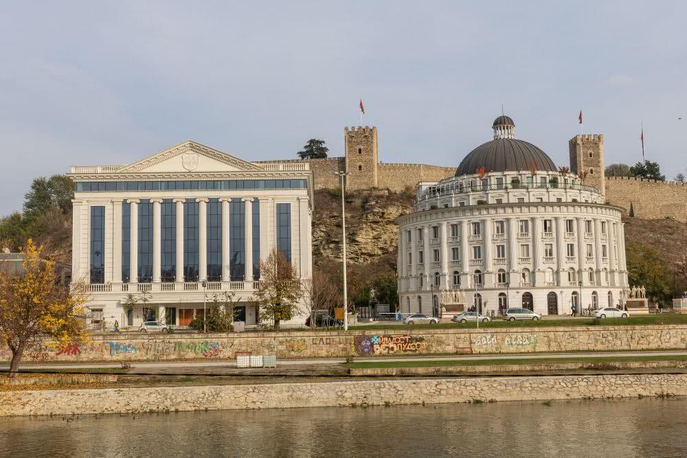 Im Hintergrund der neoklassischen Gebäude