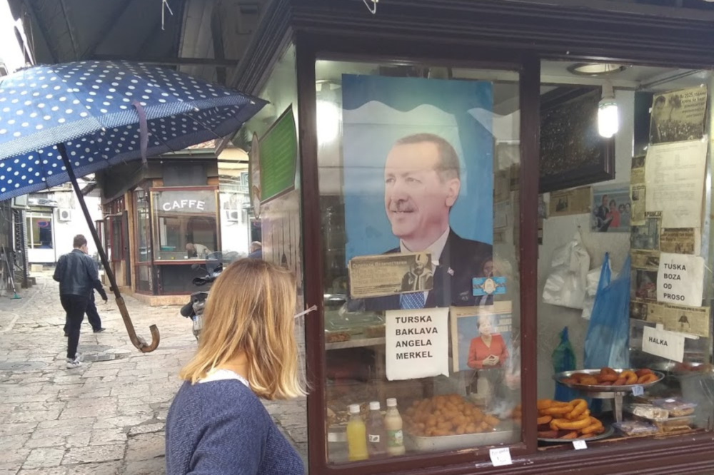 Süßigkeiten-Laden mit Erdogan- und Merkel-Poster