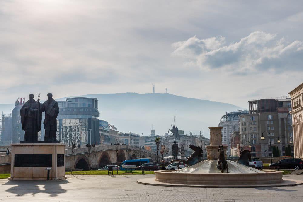 In der Ferne sieht man das Gipfelkreuz auf Skopjes Hausberg