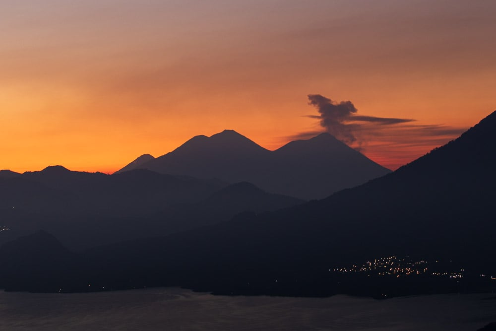 Sonnenaufgang mit Vulkan in Guatemala
