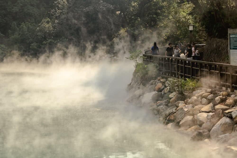Ein heißer, dampfender See liegt am Ende des Thermal Valley.