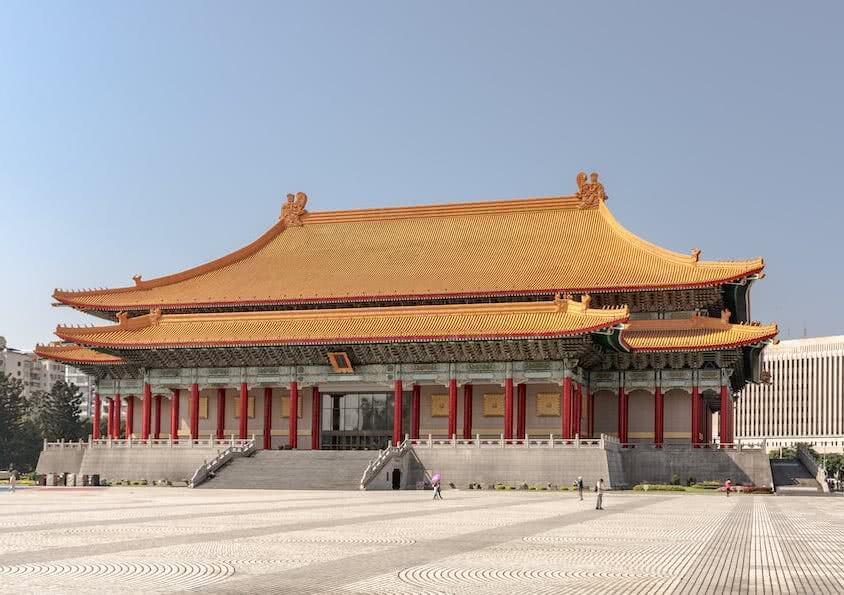 Am selben Platz wie das Chiang Kai-shek Memorial liegt auch die große Musikhalle.