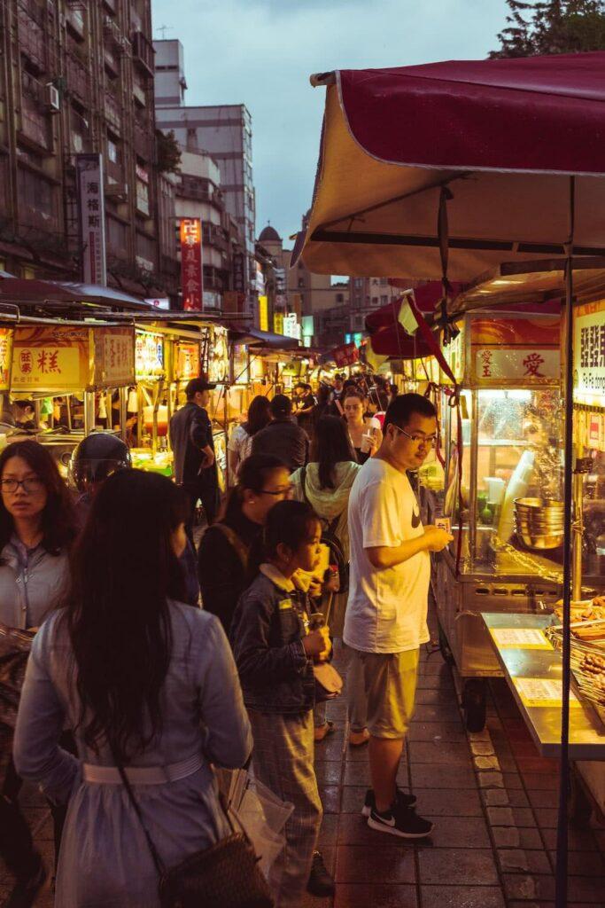 Auf einem Nachtmarkt gibt es viele exotische Gerichte.