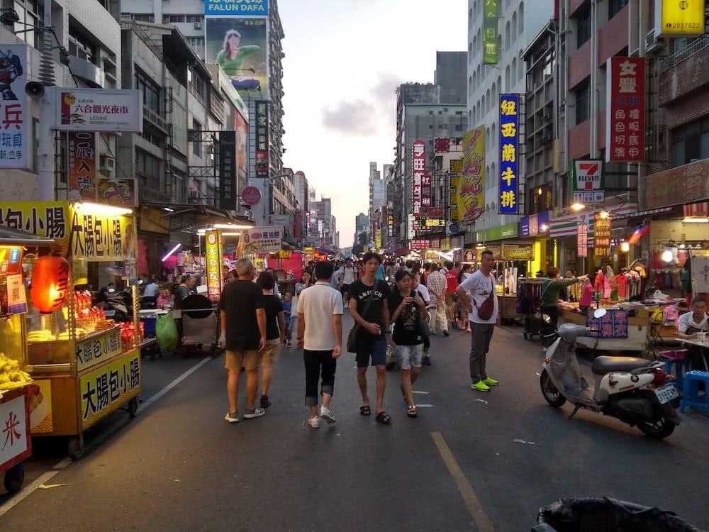 Viele Leute tummelten sich abends am Nachtmarkt.