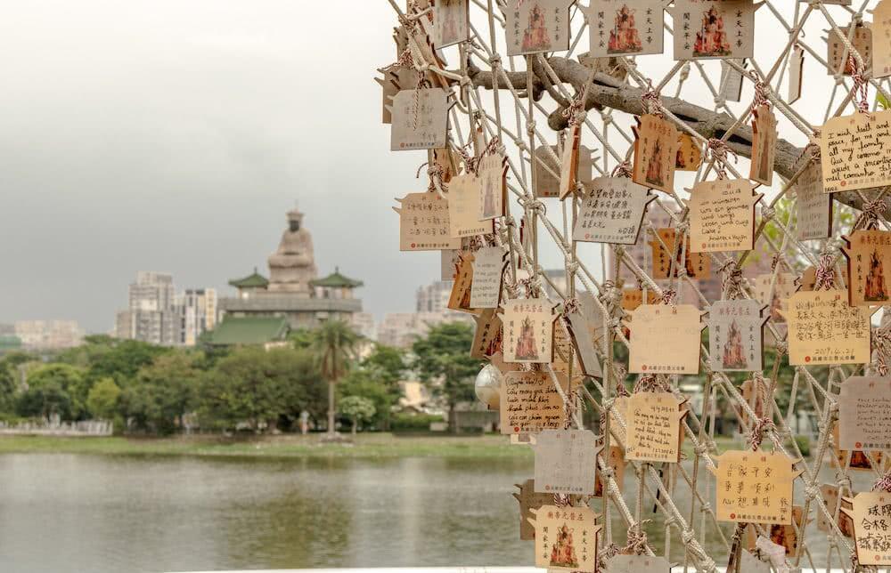 In einem der Tempel gab es Wunschbäume, die mit auf Zetteln geschriebenen Wünschen behängt waren.