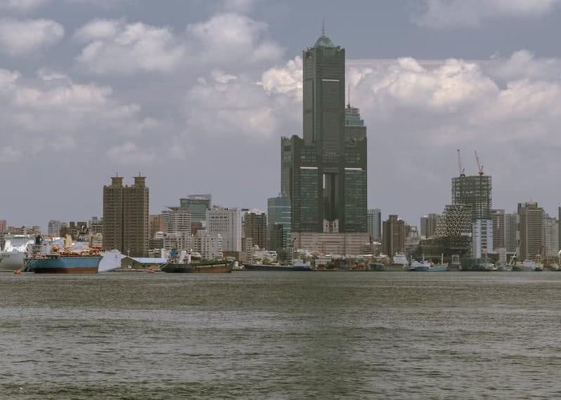 Von der Fähre aus hatten wir einen schönen Blick auf die Skyline von Kaohsiung.