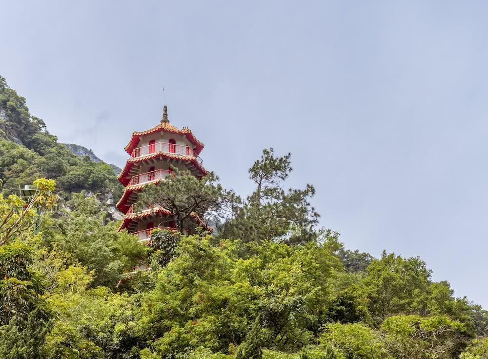 Hoch oben thronte ein buddhistischer Tempel.