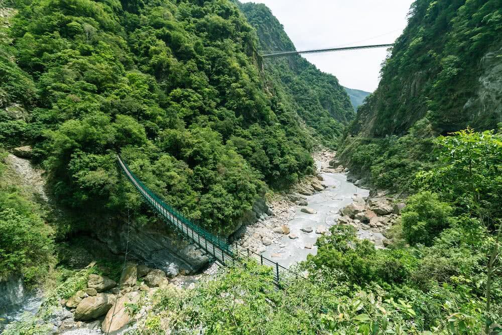 Am Swallow Grotto Weg sehen wir zwar große Hängebrücken über die Schlucht.