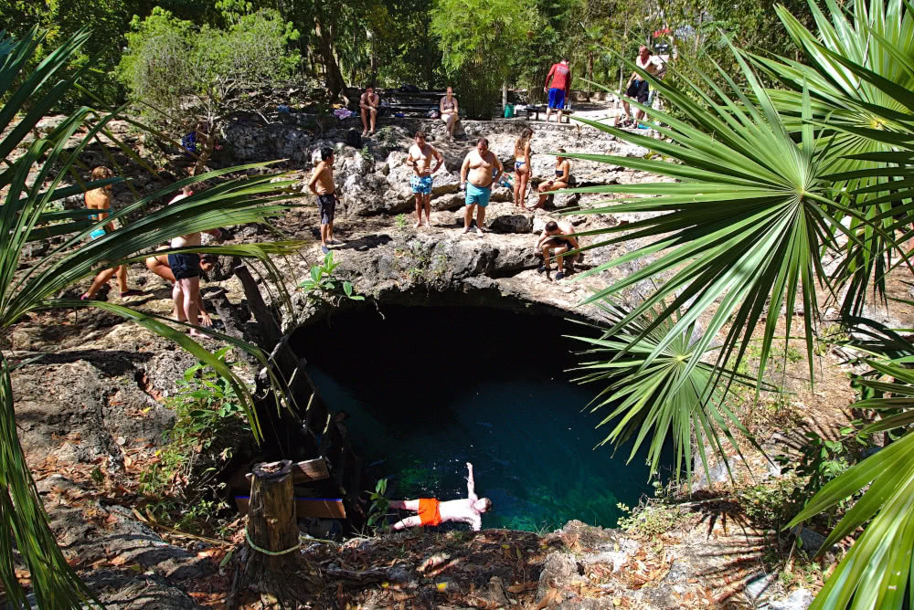"""Die Cenote """"Calavera"""": Ein riesiges Loch im Boden, gefüllt mit Wasser."""
