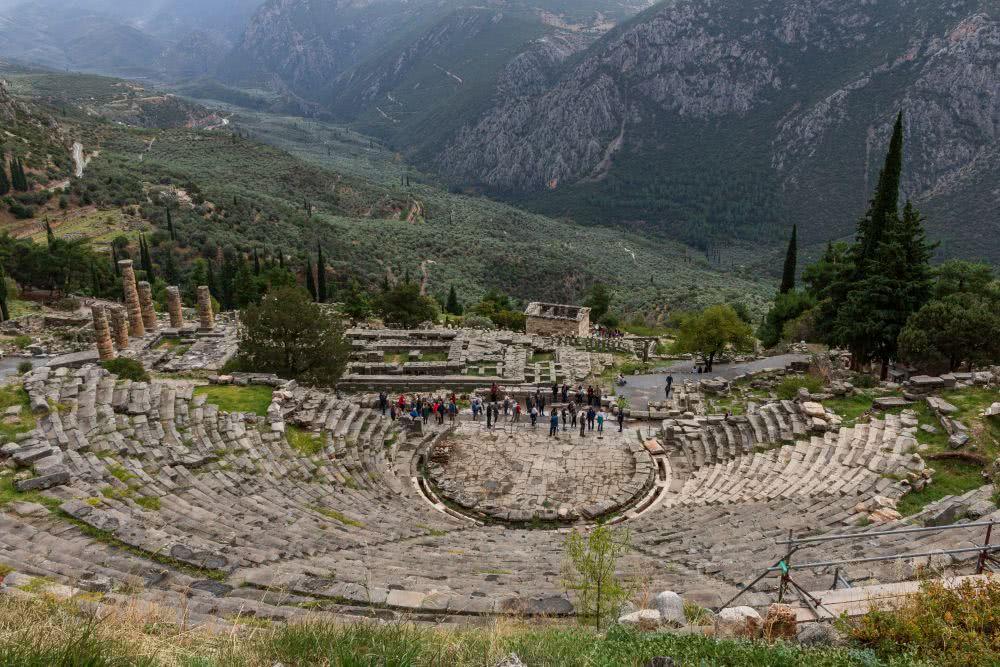Die Ruinen des Delphi Theaters in schöner Landschaft eingebettet