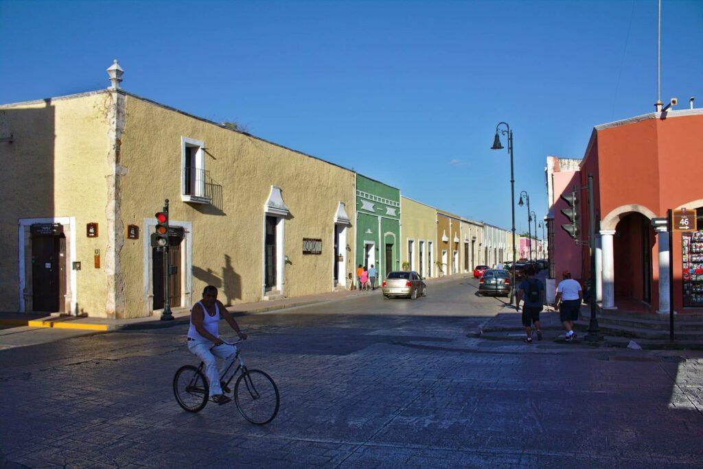 In vielen bunten Farben erstrahlen die Häuserfassaden von Valladolid.