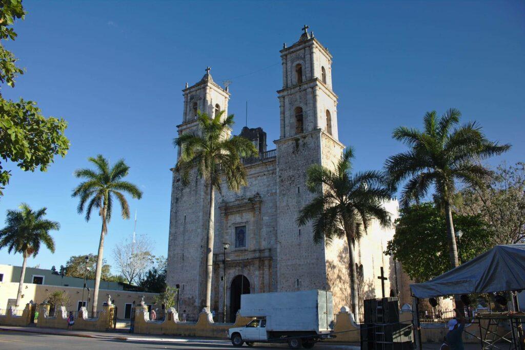 Die Kathedrale von Valladolid erhebt sich neben dem zentralen Park der Stadt.