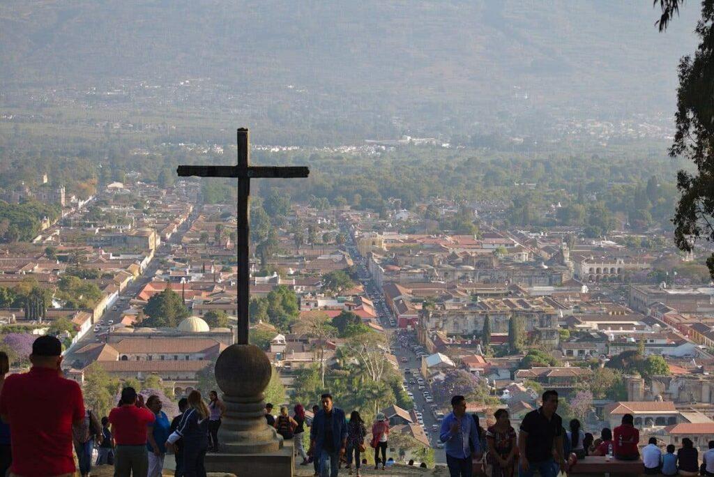 Vom Cerro de la Cruz hat man einen Ausblick über die gesamte Stadt von Antigua Guatemala.