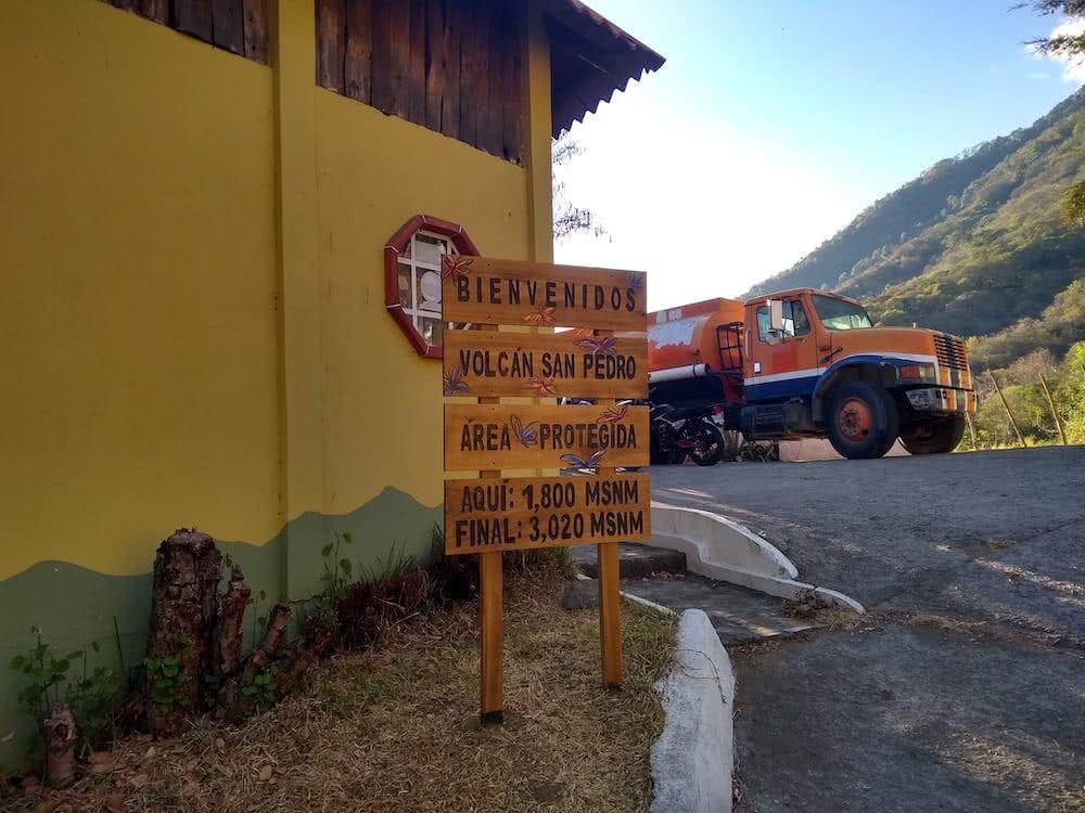 Ein Besucherzentrum bilden den Eingang zum Park des San Pedro Vulkans