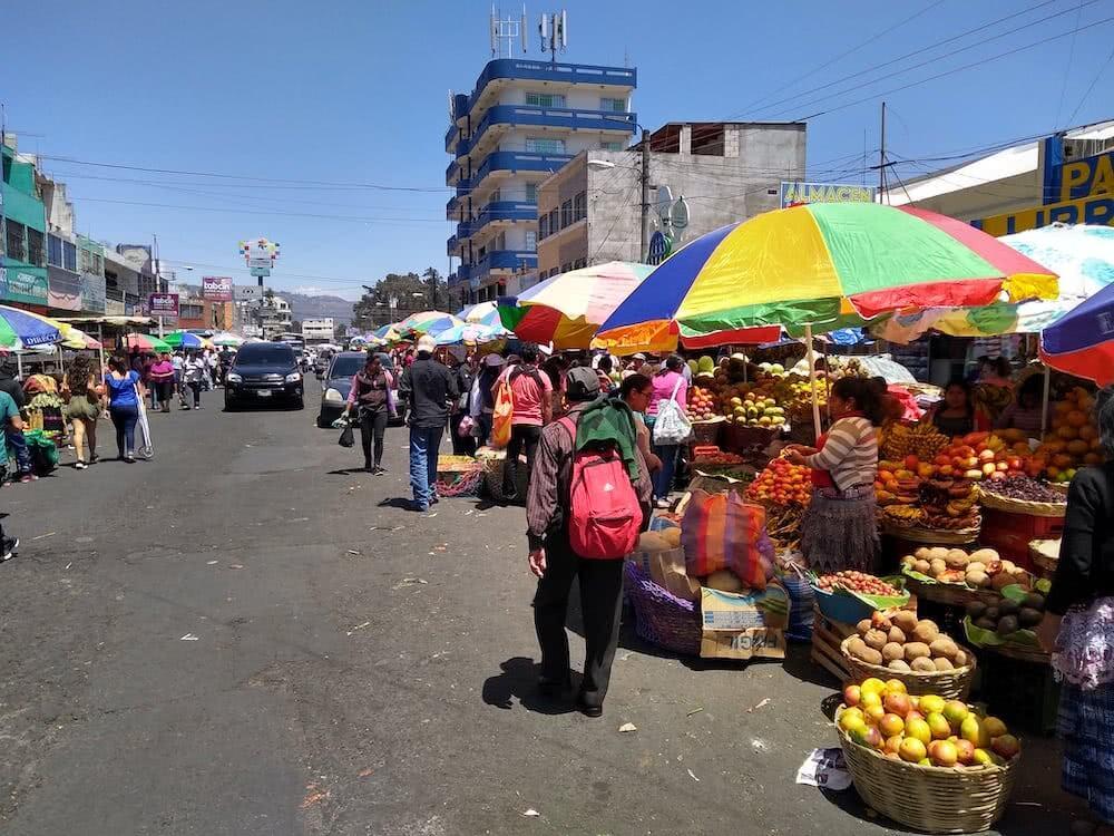 Am Mercado La Democracia wimmelt es von Leuten. Hier findet man Waren aller Art.