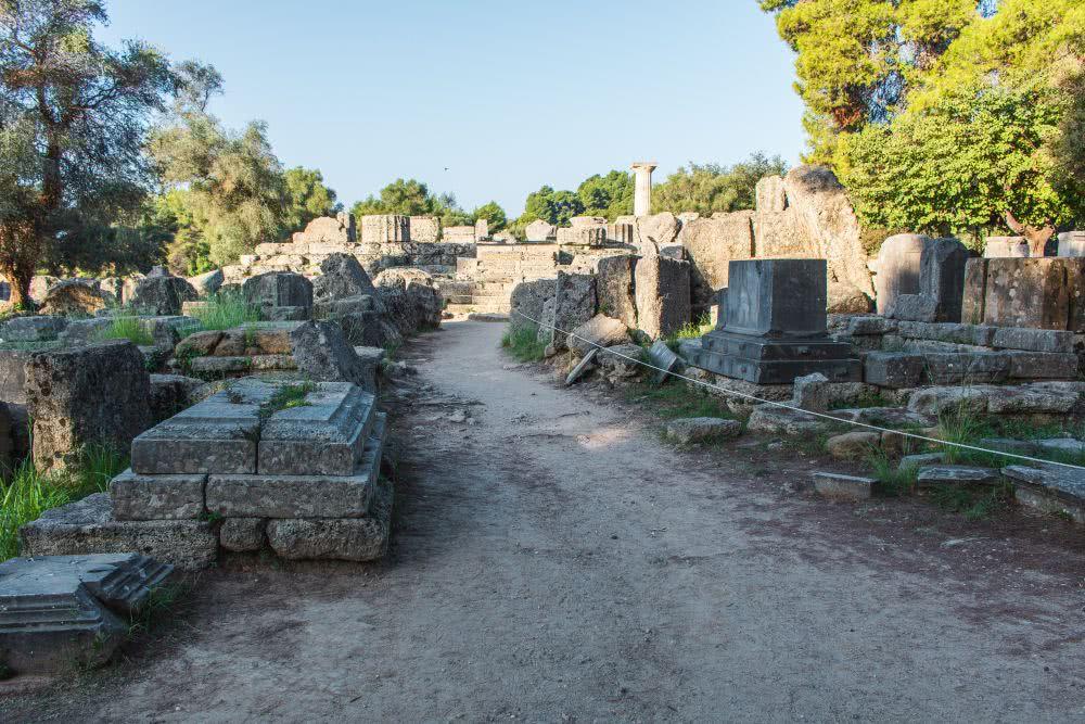 Zerfallene Denkmäler im antiken Olympia