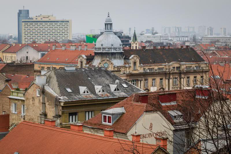 Eine andere Panorama-Perspektive auf Zagreb von der Aussicht auf eine Kirche und die Kathedrale von der Strossmayer Promenade
