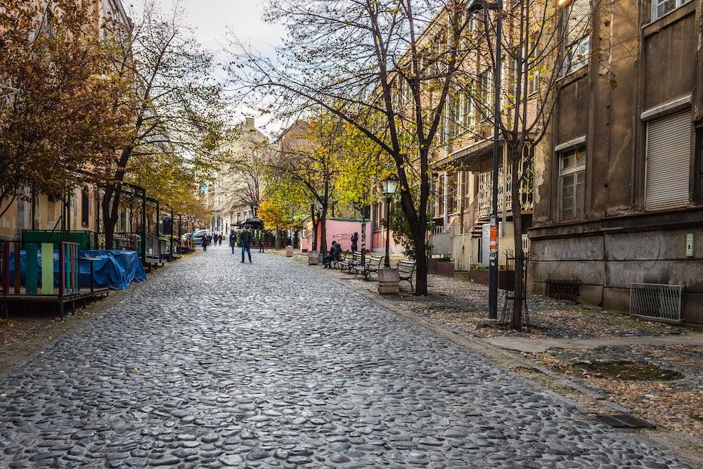 Entlang der gepflasterten Straße finden sich viele Restaurants und Bars.
