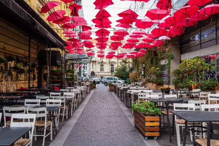 Eine Gasse voller roter Regenschirme in Serbiens Hauptstadt Belgrad