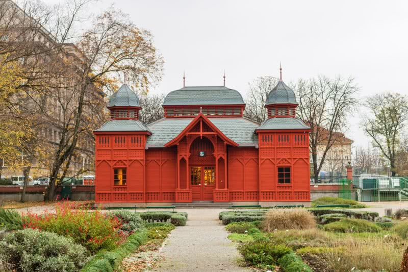 Zagrebs sehenswerter Botanischer Garten mit knallrotem Tropenhaus