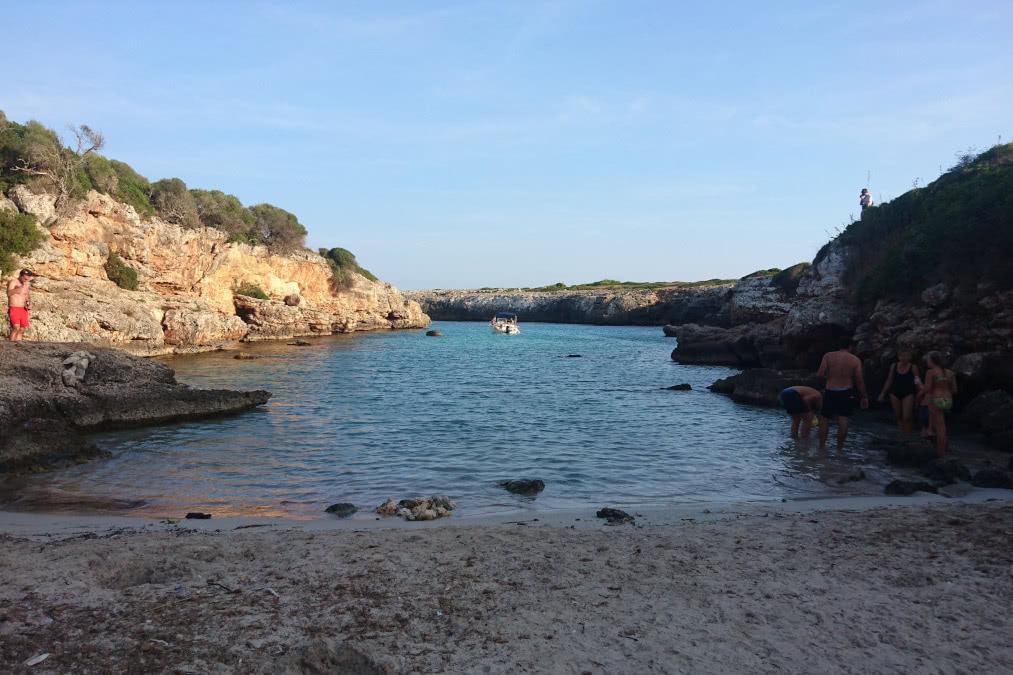 Blick vom Cala Petita Strand aufs Wasser