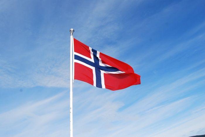 Die norwegegische Flagge flackert im Wind